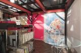 秋風羽織(豊川悦司)の「オフィスティンカーベル」にはくらもちふさこ氏のイラストが飾られている(C)NHK