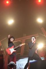 斎藤宏介(左)がシークレットゲストとしてSKY-HIのライブに登場