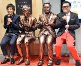 宮崎県アンテナショップ「新宿宮崎館KONNE」のリニューアルオープンイベントに出席した(左から)村田秀亮、とろサーモン銅像、 久保田かずのぶ