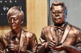 とろサーモン銅像=宮崎県アンテナショップ「新宿宮崎館KONNE」のリニューアルオープンイベント