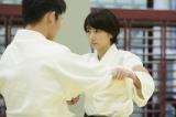 波瑠が工藤阿須加を投げ飛ばす(C)テレビ朝日