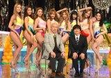 サイバージャパンダンサーズに囲まれる(前列左から)東京03の角田晃広、バカリズム (C)ORICON NewS inc.