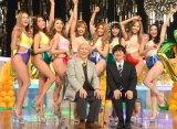 サイバージャパンダンサーズに囲まれる(前列左から)東京03の角田晃広、バカリズム=BSプレミアムのコント番組『番組バカリズム4』取材会 (C)ORICON NewS inc.