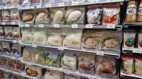 コンビニでスペースを占有するサラダチキン関連商品