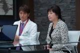 5月7日放送のフジテレビ系連続ドラマ『コンフィデンスマンJP』第5話に出演する(左から)永井大、かたせ梨乃(C)フジテレビ
