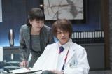 5月7日放送のフジテレビ系連続ドラマ『コンフィデンスマンJP』第5話に出演する(左から)かたせ梨乃、東出昌大(C)フジテレビ