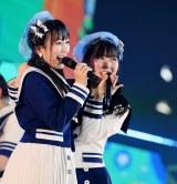 """HKT48の""""なこみく""""こと矢吹奈子(左)と田中美久(C)AKS"""