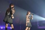 (左から)指原莉乃、宮脇咲良=『HKT48春のアリーナツアー2018〜これが博多のやり方だ!〜』沖縄公演(C)AKS