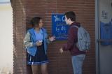 Netflixオリジナルシリーズ『13の理由』嫉妬と学内のうわさが原因でハンナと仲違いするジェシカ(左)