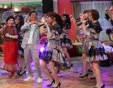 皆で「恋するフォーチュンクッキー」を踊る(C)NHK