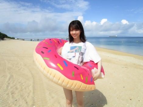 サムネイル ビーチで楽しそうな笑顔を見せる西野七瀬(撮影/斉藤優里)=『乃木撮』より