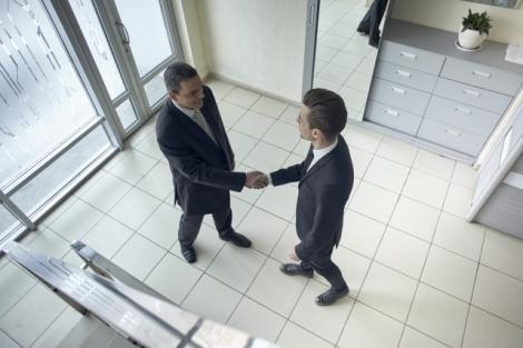 外国人との仕事をスムーズに進めるひと言「よろしくお願いします」(画像はイメージ)