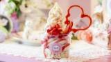 「Pecca+Pu」の『甘酒いちごソフト』。インスタ映え抜群な「ビストッピング」スタイルのソフトクリーム