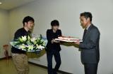 坂口健太郎からケーキを受け取る渡部篤郎(C)カンテレ