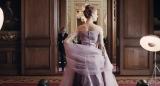 女性の姿態を美しく彩るドレス(C)2017 Phantom Thread, LLC All Rights Reserved