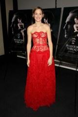 ニューヨークプレミアでは自身でも大胆ドレス姿を披露したヴィッキー・クリープス(C)2017 Phantom Thread, LLC All Rights Reserved