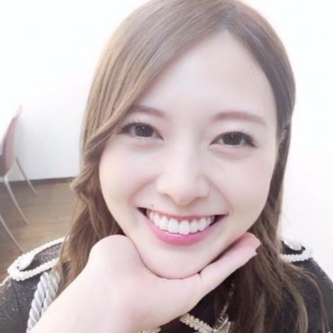 サムネイル あごのせ動画でキュートな笑顔を見せる白石麻衣【『乃木撮』公式ツイッターより】