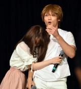 イベントに参加した女子大生と演技中に抱きつかれて動揺 (C)ORICON NewS inc.