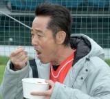 カツカレーを食べる山下真司=スーパーラグビー日本チームサンウルブズ激励訪問 (C)ORICON NewS inc.