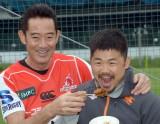 スーパーラグビー日本チームサンウルブズ激励訪問に出席した山下真司、サンウルブズ田中史朗 (C)ORICON NewS inc.