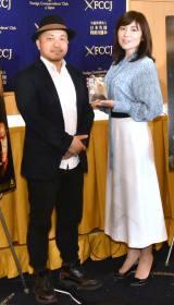 (左から)白石和彌監督、柚月裕子氏=映画『孤狼の血』外国特派員協会会見 (C)ORICON NewS inc.