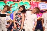 『ものまね紅白』で新婚共演する(左から)山崎夕貴アナ、おばたのお兄さん(C)フジテレビ