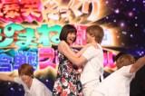 (左から)山崎夕貴アナ、おばたのお兄さん=『爆笑そっくりものまね紅白スペシャル』 (C)フジテレビ