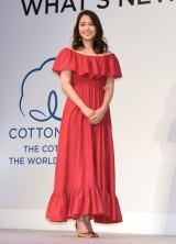 真っ赤なドレスで登壇 (C)ORICON NewS inc.