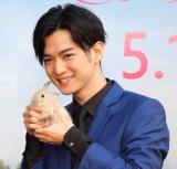 """慣れた手つきでウサギを抱っこする千葉雄大 =映画『ピーターラビット』""""ウサギ""""まみれイベント(C)ORICON NewS inc."""