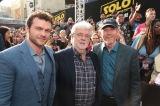 米ロサンゼルス・ハリウッドで現地時間5月10日、映画『ハン・ソロ/スター・ウォーズ・ストーリー』ワールドプレミア開催(左から)オールデン・エアエンライク、ジョージ・ルーカス、ロン・ハワード(C)ABImages