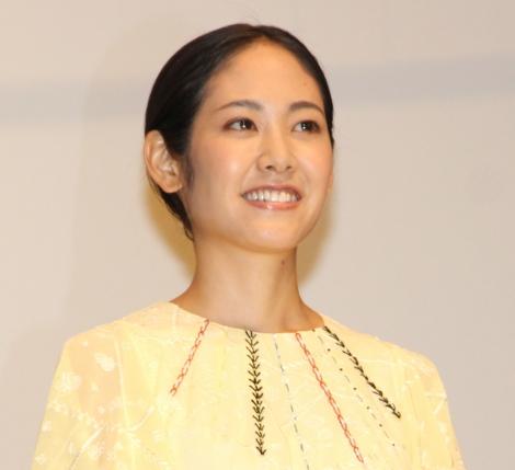 黄色の服を着た阿部純子