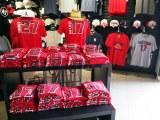 エンゼル・スタジアム内のショップ入り口の最も目立つ平台に大谷翔平選手のTシャツが!(C)ORICON NewS inc.