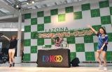 日本代表ジャージでTRFのヒット曲をDJパフォーマンス