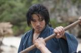 ひげや髪を伸ばしっぱなしの鈴木亮平(C)NHK
