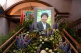 「温かみのある草花たちで包み込みたい」という宮崎監督の想いで飾られた祭壇