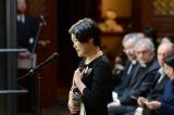 映画監督・高畑勲さんのお別れ会の模様=お別れの歌として、『かぐや姫の物語』の主題歌「いのちの記憶」を歌った二階堂和美