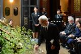 映画監督・高畑勲さんのお別れ会の模様=宮崎駿監督による献花