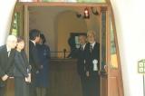 映画監督・高畑勲さんのお別れ会の模様=入り口で参列者を迎える宮崎駿監督と鈴木敏夫プロデューサー