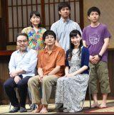 舞台『市ヶ尾の坂—伝説の虹の三兄弟—』に出席した(前列左から)岩松了、大森南朋、麻生久美子(後列左から)池津祥子、三浦貴大、森優作