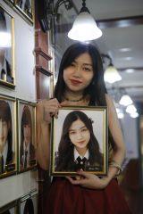 劇場の壁掛け写真を外してAKB48を卒業した田野優花(C)AKS
