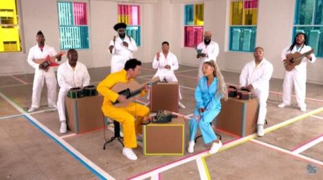 アリアナ・グランデが段ボール製楽器バンドの演奏で新曲を熱唱