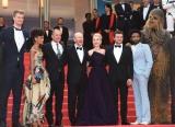 (左から)ヨーナス・スオタモ、タンディ・ニュートン、ウッディ・ハレルソン、ロン・ハワード監督、エミリア・クラーク、オールデン・エアエンライク、ドナルド・グローヴァー、チューバッカ