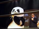 蝶野正洋から勝ったアンドレザ・ジャイアントパンダにチャンピオンベルトが贈られた (C)ORICON NewS inc.