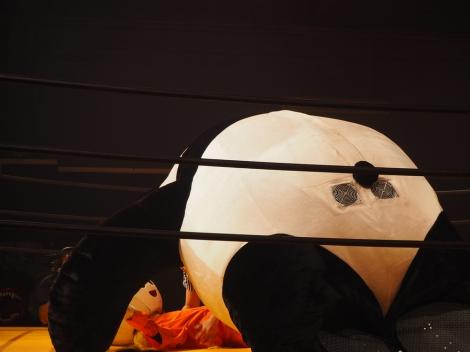 映画『ランペイジ 巨獣大乱闘』(5月18日公開)の試写会でゆるキャラたちが大乱闘=梨之助とアンドレザ・ジャイアントパンダが一騎打ちに (C)ORICON NewS inc.
