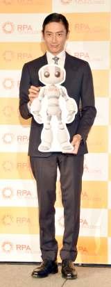 カチッとしたスーツ姿で登場した伊勢谷友介=『RPAテクノロジーズ』CMキャラクター就任記者発表会(C)ORICON NewS inc.