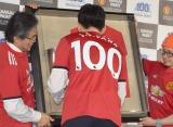 記念品にサインを入れる朴智星氏=『関西ペイント株式会社創立100周年イベント』 (C)ORICON NewS inc.