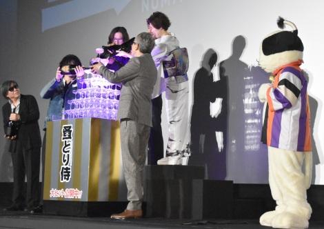 シャンパンタワーの模様=映画『のみとり侍』初日舞台あいさつ (C)ORICON NewS inc.