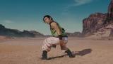 破けたズボンからスライムパンツが丸見え! お茶目な表情を見せるジャッキー・チェン