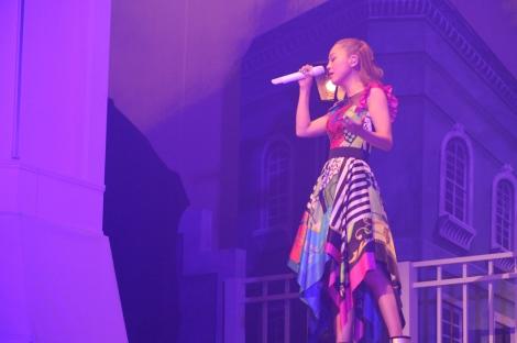 10周年ライブでスカーフ柄衣装の西野カナ