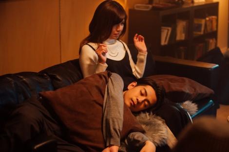華子(宇野実彩子)の膝枕で寝てしまう鉄平(三浦翔平) (C)AbemaTV